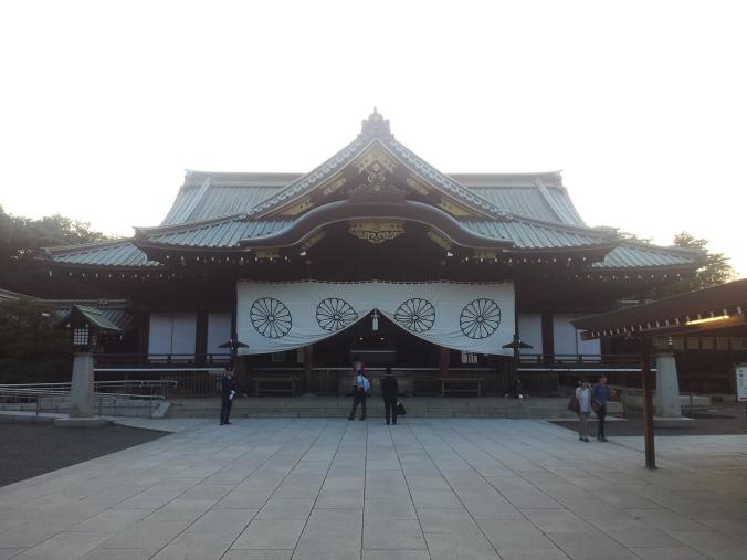 Yasukini-Jinja. El mon (emblema) del santuario es un crisantemo, que representa a la familia imperial japonesa