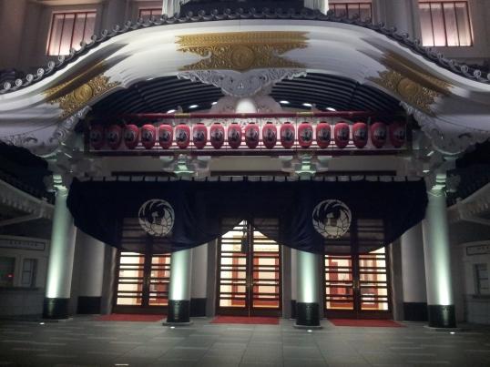 Como guinda a la noche Misato nos mostró el Kabuki-za, el célebre teatro de Ginza