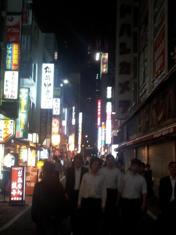 Salaryman tokiotas volviendo de la oficina (a las nueve de la noche)