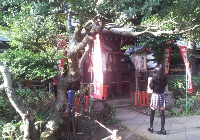 Una colegiala nipona reza frente al santuario