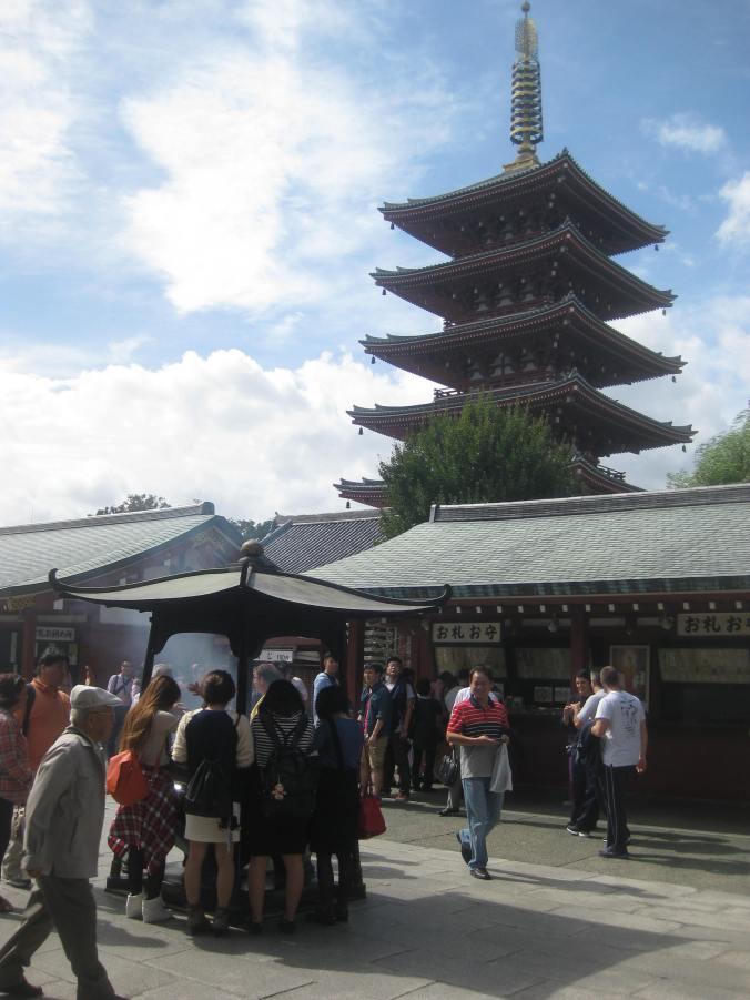 En el recinto de templos hay una pagoda de cinco pisos, reconstrucción de una antigua. Es la segunda pagoda más grande de Japón.